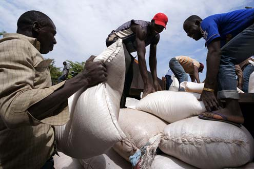 Mali relief workers unloading food